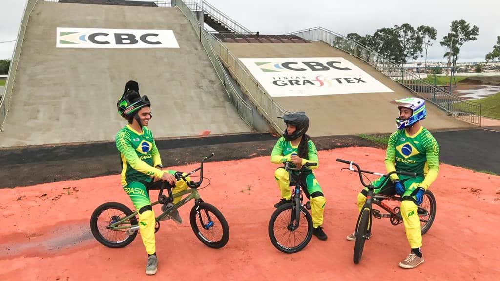 Renato Rezende, Júlia Alves e Bruno Cogo na pista de supercross de Londrina