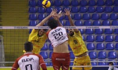 Fábio Rodrigues passa pelo bloqueio de Caramuru (Rapahel Moser/Apan/Informe Comunicação)