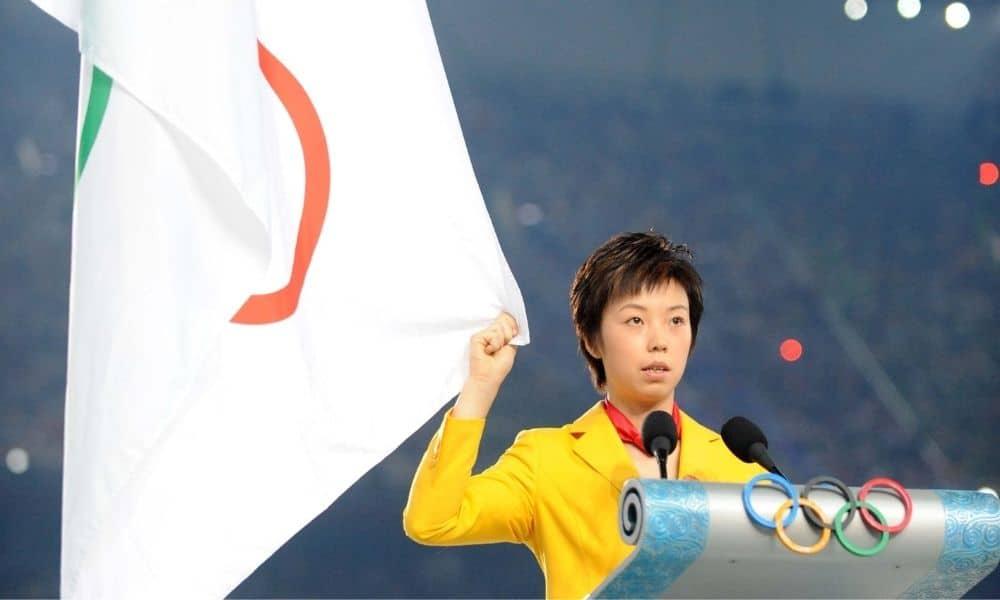 A mesatenista chinesa Zhang Yining faz o juramento do atleta na cerimônia de abertura dos Jogos de Pequim-2008