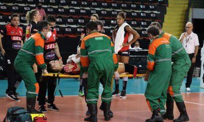 Tifanny deixa jogo de maca após lesão nas costas — Foto: Marcelo Ferrazoli/SESI-SP