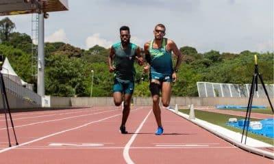 Júlio Agripino corre com o guia Guilherme Santos durante teste na pista de atletismo do CT Paralímpico