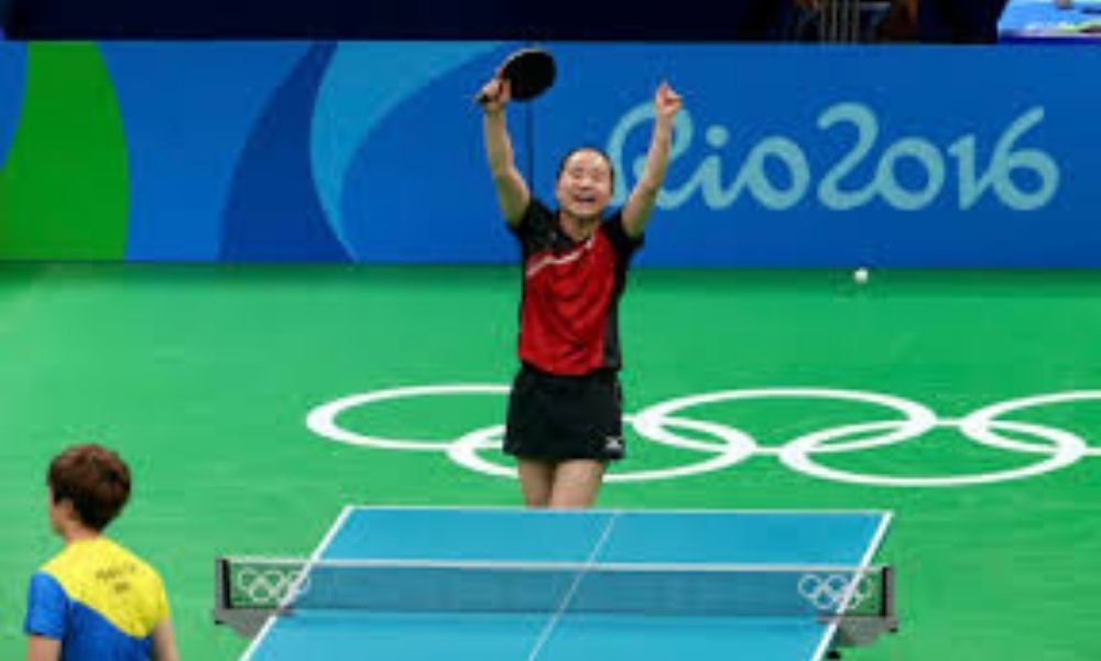 Mima Ito comemora o bronze por equipes para o Japão no Rio-2016