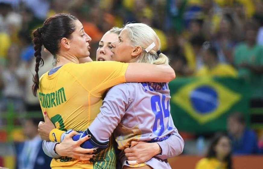 Duda, Babi e Mayssa se abraçando durante os jogos do Rio-2016 (Foto: A Crítica)