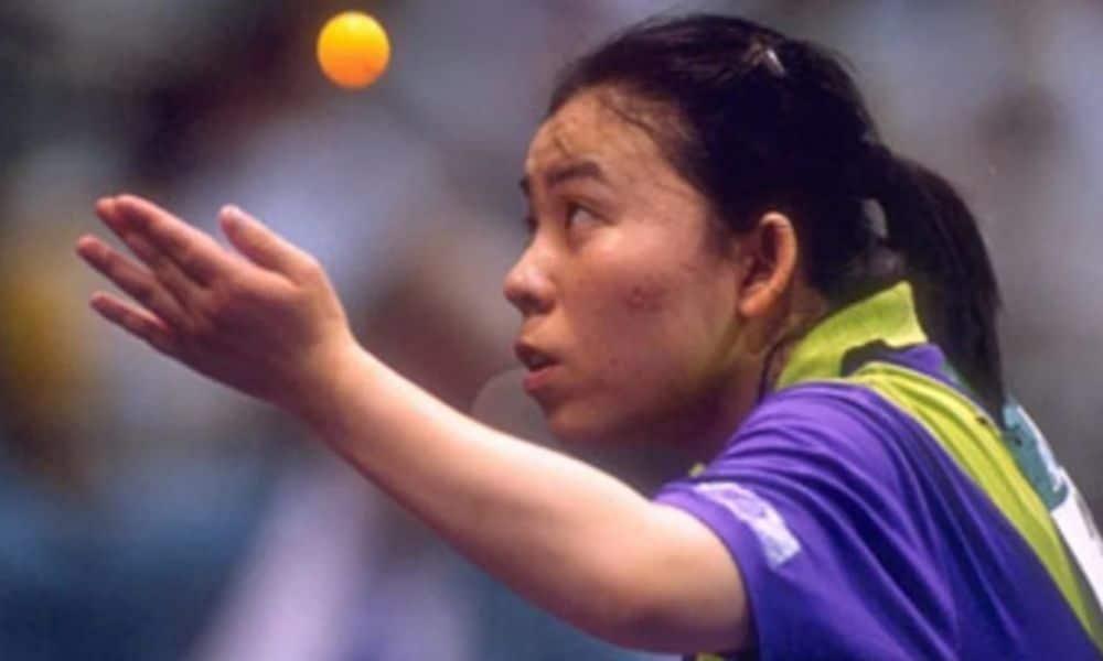 Deng Yaping se concentra para sacar. Ela é dona de quatro ouros olímpicos.