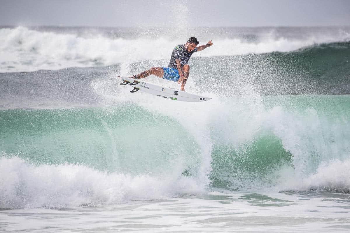 Filipe Toledo voa na etapa do Mundial de Surfe