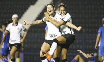 Gabi Zanotti abraçada por Gabi nunes Corinthians x Napoli-SC Campeonato Brasileiro de futebol feminino
