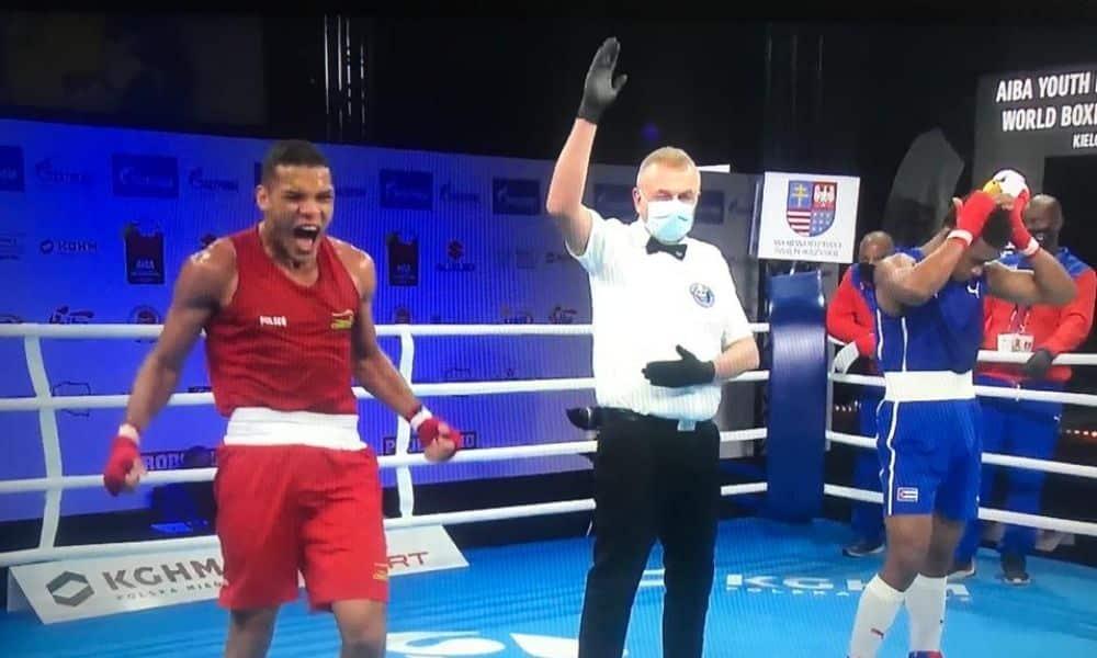 Isaias Filho vibra após vitória sobre cubano na estreia do Mundial da Juventude de boxe