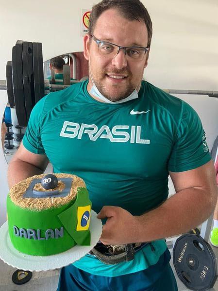 darlan romani com bolo de aniversário