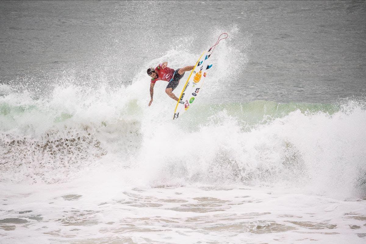 Italo Ferreira voando para a vitória em Newcastle no mundial de surfe (Crédito: Matt Dunbar / World Surf League via Getty Images)