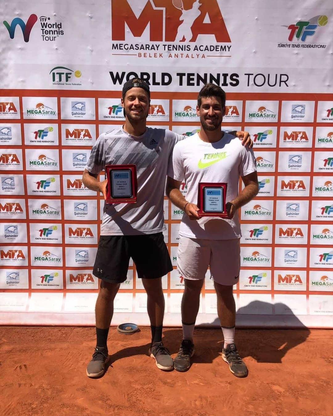 Pela final do ITF de Antalya, na Turquia, Orlando Luz e Gabriel Sidney venceram os italianos Daniele Capecchi e Davide Galoppini por 2 a 1 e foram campeões