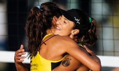 Bárbara Seixas é abraçada por Carol Solberg na etapa de Sochi do Circuito Mundial de vôlei de praia