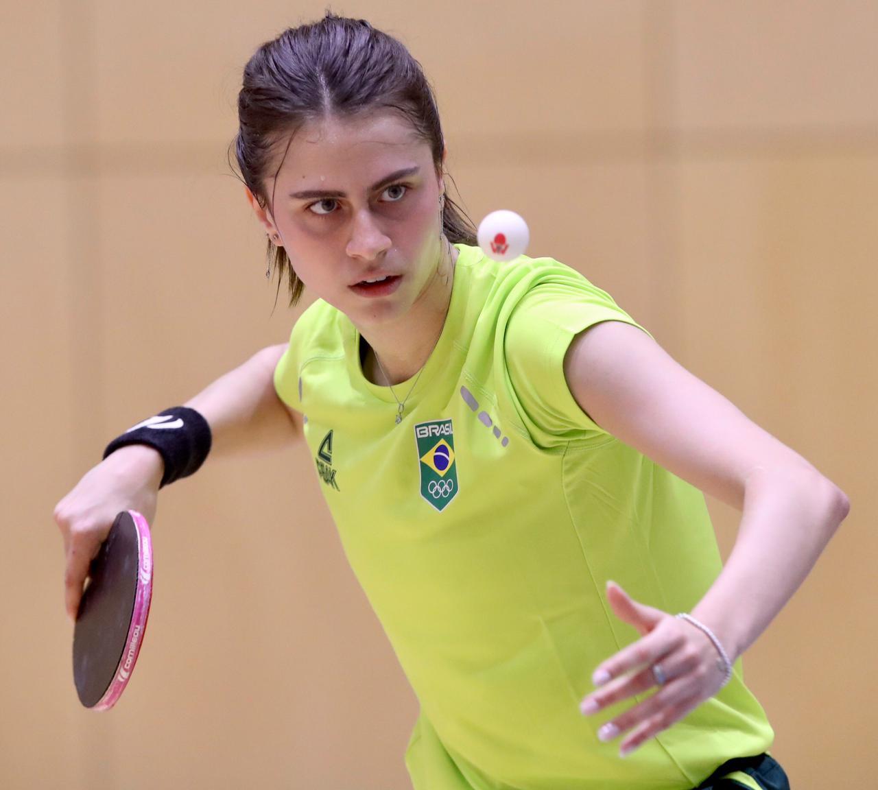 Gustavo Tsuboi vence romeno e avança; Bruna Takahashi é eliminada