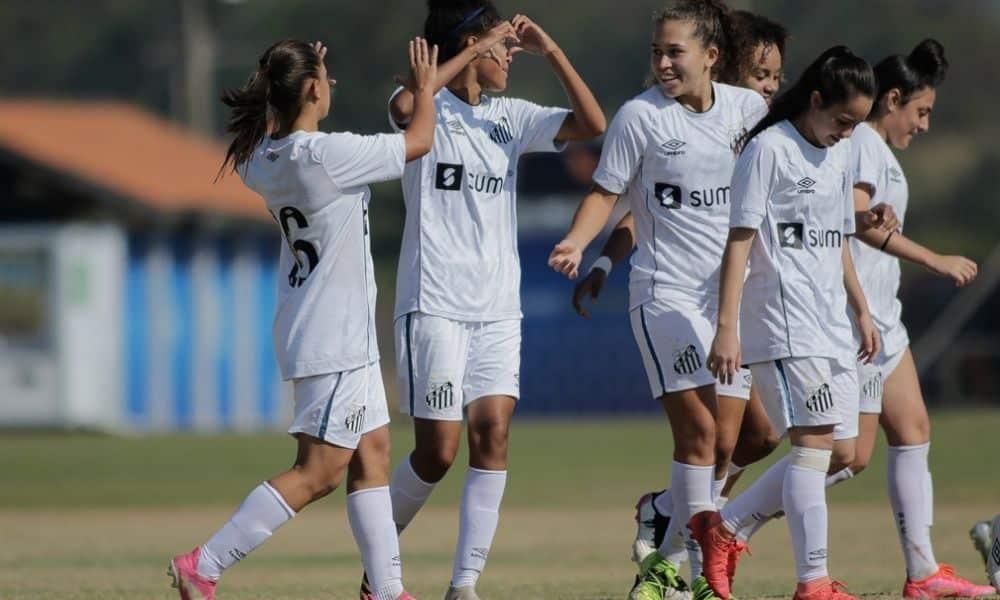 Jogadoras do Santos comemoram gol no Brasileiro feminino sub-18 — Foto Adriano FontesCBF