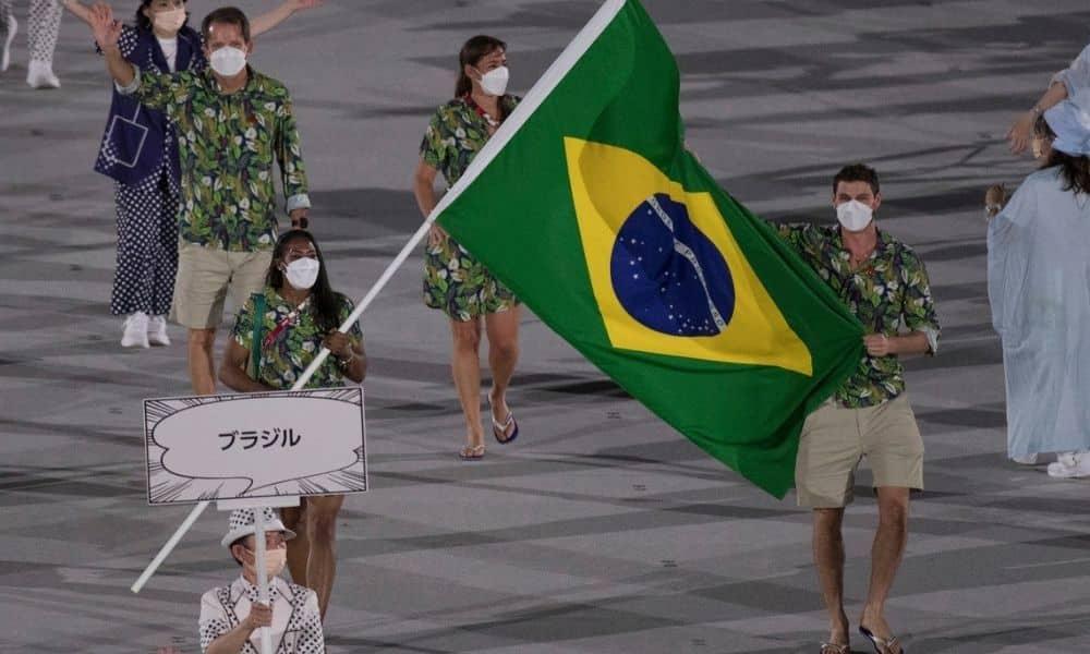 Cerimônia de abertura dos jogos olímpicos de tóquio. Porta bandeiras do brasil