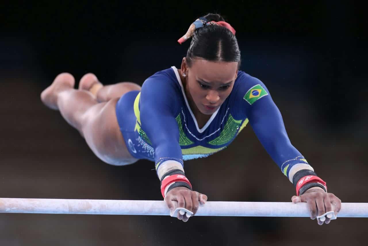 Rebeca em ação nas barras assimétricas dos Jogos Olímpicos de Tóquio 2020 - Foto: Ricardo Bufolin / CBG