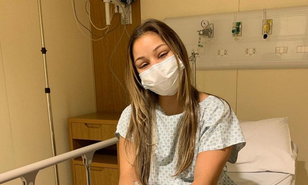 Flávia Saraiva passa por cirurgia no pé lesão