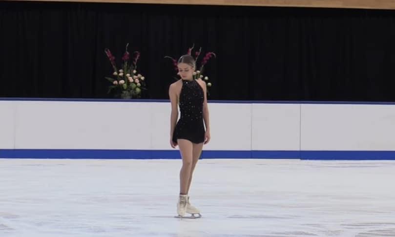 Isadora Williams durante apresentação no Cranberry Cup de patinação artística