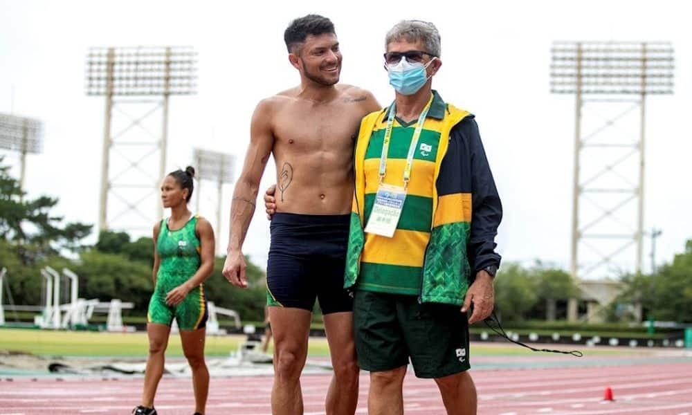 Petrúcio Ferreira e o técnico Pedrinho Almeida caminham abraçados pela pista de treinamento em Hamamatsu