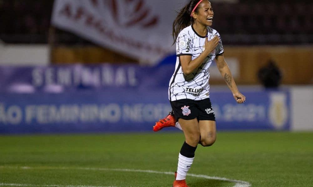 Com um gol de bicicleta de Gabi Zanotti, o Corinthians abriu vantagem na semifinal do Campeonato Brasileiro de futebol feminino: 3 a 1 na Ferroviária