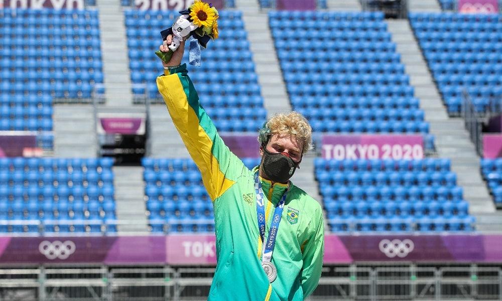 Pedro Barros recebe a prata no skate park dos Jogos Olímpicos de Tóquio