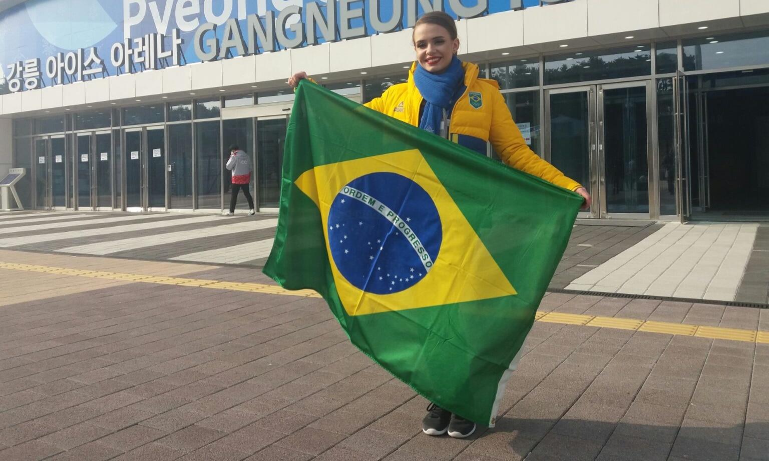 Isadora Williams com a bandeira do Brasil nos Jogos Olímpicos de Inverno de PyeongChang, em 2018