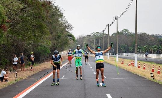 Integrantes da equipe de esqui cross-country do Brasil durante disputa do Circuito de Rollerski