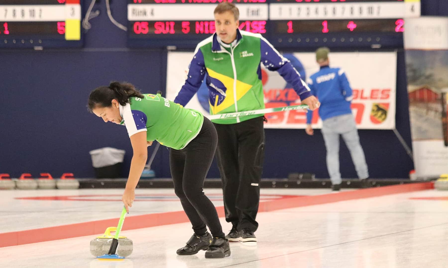 Anne Shibuya Scott McMullan Brasil Campeonato Classificatório para o Pré-Olímpico de Curling Brasileiro inicia caminhada olímpica pela primeira vez